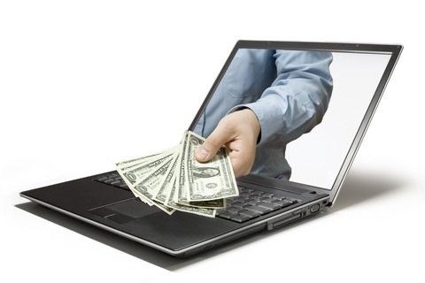 мужская рука выдает деньги через монитор
